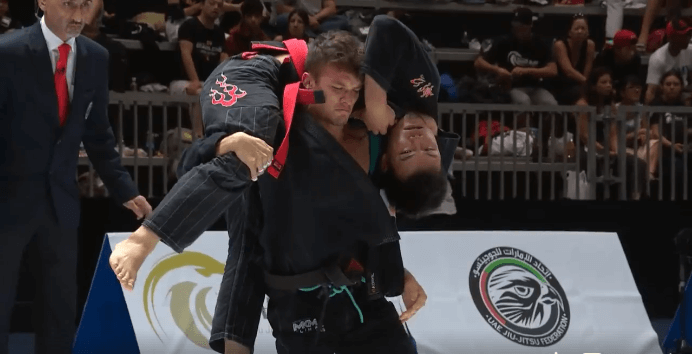 Alexandre Vieira Uses a Loop Choke to Put His Opponent to Sleep